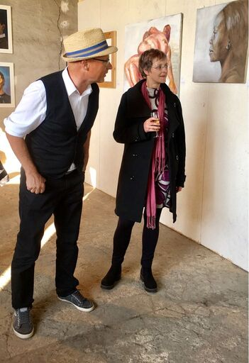 Kurator Mathias Bartoszewsky und Malerin Cornelia s Said bei der Dilemma 3 in Steinfurth
